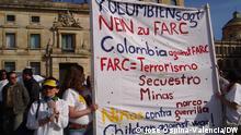 Demonstrationen am 2. Februar 2008 in Kolumbien und Ausland gegen die linke Guerilla FARC und für die Freilassung aller ihrer Geiseln. Auf Transparenten wird die Ablehnung der menschenrechtsverletzenden Praktiken der FARC Ausdrückt verliehen: Entführungen, Legung von Anti-Personen Minen, Rekrutierung von Kinder als Soldaten, Drogenhandel und Attentante gegen Zivilisten und Militärs. Der internationale Protest war über das Internet organisiert worden, insgesamt sind rund vier Millionen Menschen auf die Straße gegangen. Hier die eigens hergestellte Transparent durch eine Familie im Zentrum Bogotás. Copyright: José Ospina-Valencia