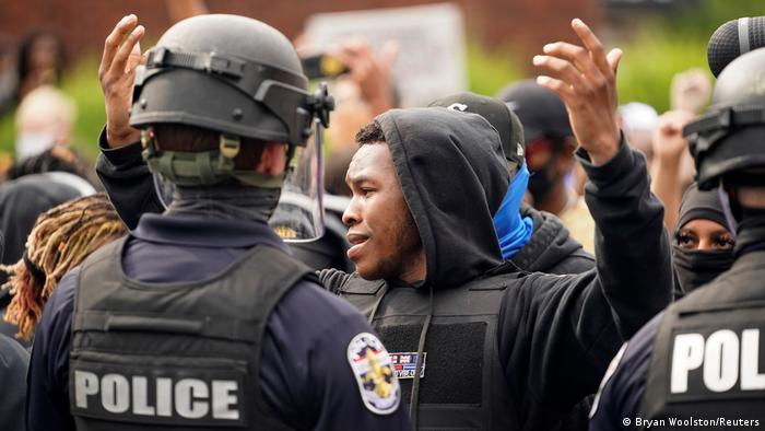 Policiais e manifestantes durante passeata antirracismo