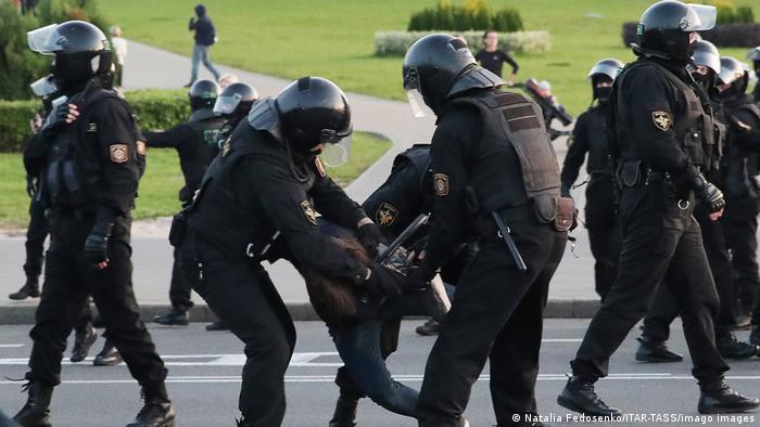 Белорусские силовики и демонстрант
