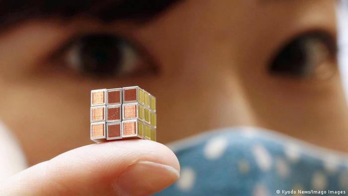 Najmanja Rubikova kocka na svetu ima stranicu visine 9,9 milimetara. Proizvodi je korporacija MegaHouse, koja je deo sistema poznatog japanskog proizvođača igračaka Bandai. Cena - sitnica: 198.000 jena, odnosno 1.880 američkih dolara.