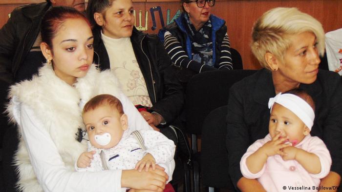 Млади майки с децата си