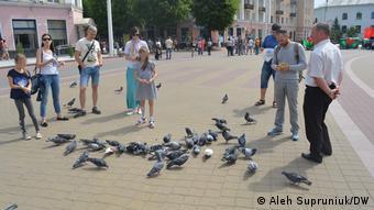 Кормление голубей в центре Бреста