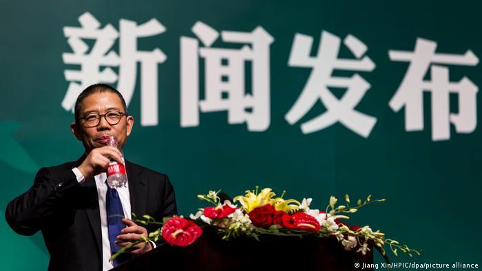 یکی از افراد ثروتمندی که در هانگژو زندگی میکند، ژونگ شانشان بنیانگذار کارخانه آب معدنی و داروسازی است. براساس لیست مجله اقتصادی فوربس ثروت او ۹۵ میلیارد دلار است.