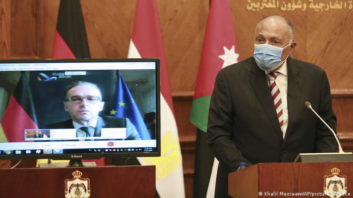 هایکو ماس، وزیر خارجه آلمان در حال گفتوگو با همتای مصری خود سامع شکری از طریق کنفرانس ویدئویی، ۲۴ سپتامبر ۲۰۲۰