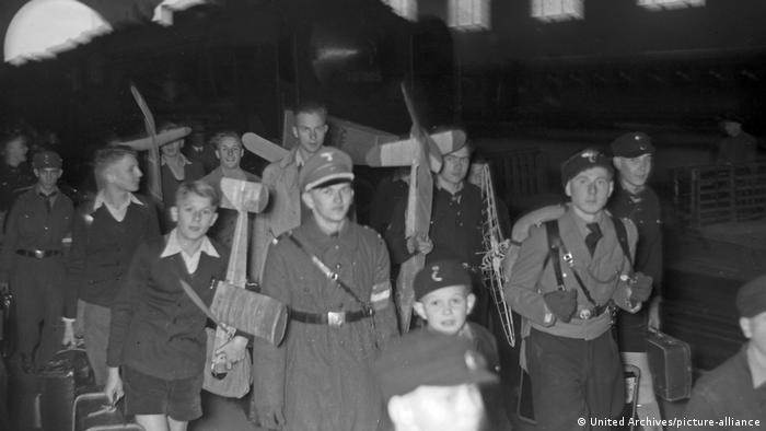Немецкие дети в сопровождении военнослужащего, 1940-е годы