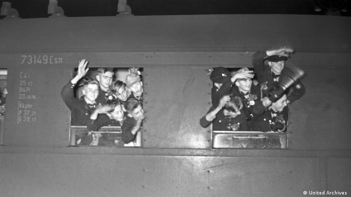 Дети возвращаются на поезде из лагеря, Берлин, 1940-е годы