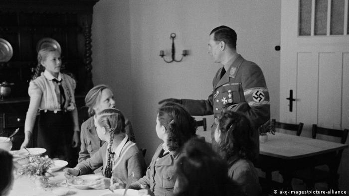 Бальдур фон Ширах во время посещения одного из лагерей летом 1942 года