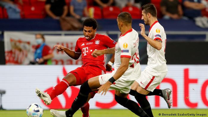 شامگاه پنجشنبه ۲۴ سپتامبر تیمهای بایرن مونیخ (پیراهن قرمز) از آلمان و اف ث سویا از اسپانیا برای کسب سوپرجام اروپا رویاروی هم قرار گرفتند. پیکار دو تیم در حضور بیش از ۱۵ هزار تماشاگر در ورزشگاه پوشکاش در بوداپست برگزار شد. بایرن مونیخ در فصل گذشته قهرمان لیگ قهرمانان اروپا شده بود و اف ث سویا نیز به قهرمانی لیگ اروپا دست یافته بود.
