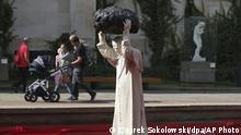 Polen Warschau | Skulptur St. John Paul II | Maurizio Cattelan