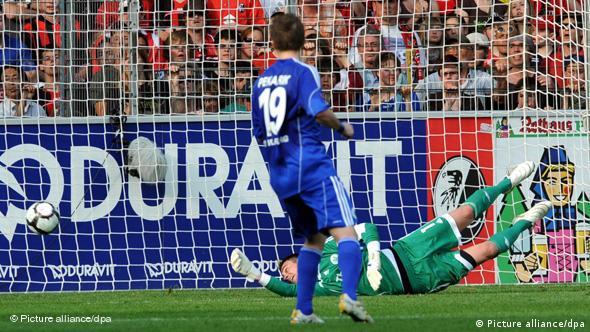 Wolfsburgs Torhüter Benaglio in giftgrünem Dress streckt sich vergeblich nach einem Schuss, der links unten in seinem Tor einschlägt. Foto: Patrick Seeger dpa/lsw