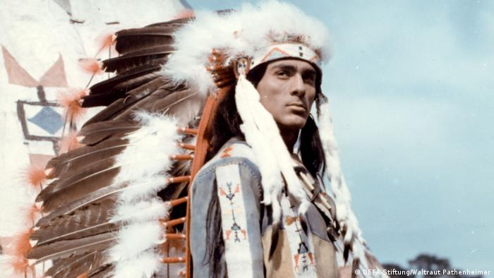 Film still The sons of Great Bear, a man in Native American garb, complete with a headdress(DEFA-Stiftung/Waltraut Pathenheimer)