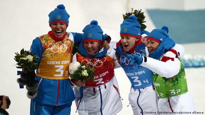 Екатерина Шумилова, Яна Романова, Ольга Вилухина и Ольга Зайцева после выигрыша серебряной медали в женской биатлонной эстафете в Сочи