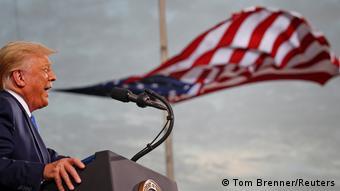 Symbolbild America First | Präsident Trump vor US-Flagge