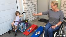 """Beschreibung: Im Rahmen ihres Projektes """"Mobile LEGO-Rampen"""" hilft Rita Ebel Menschen, Barrieren zu überwinden. Die 63-jährige Hanauerin weiß als Rollstuhlfahrerin nur allzu gut, wie es ist, im Alltag immer wieder vor Hindernissen zu stehen. Deswegen baut sie ehrenamtlich für Rollstuhl- und Rollatornutzer Rampen - und zwar aus handelsüblichen Legosteinen. Mittlerweile bekommt sie Anfragen aus der ganzen Welt. Uns hat sie Frau Rita Ebel persönlich zur Verfügung gestellt. Copyright: Rita Ebel Zulieferung durch Natalija Korolewa"""