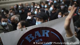 Στη Μασσαλία εστιάτορες βγαίνουν στους δρόμους και διαμαρτύρονται κατά των νέων περιοριστικών μέτρων.