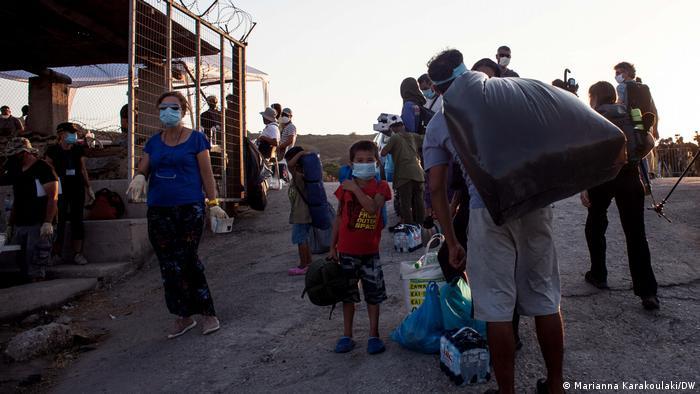 People in new refugee camp on Lesbos (Marianna Karakoulaki/DW)