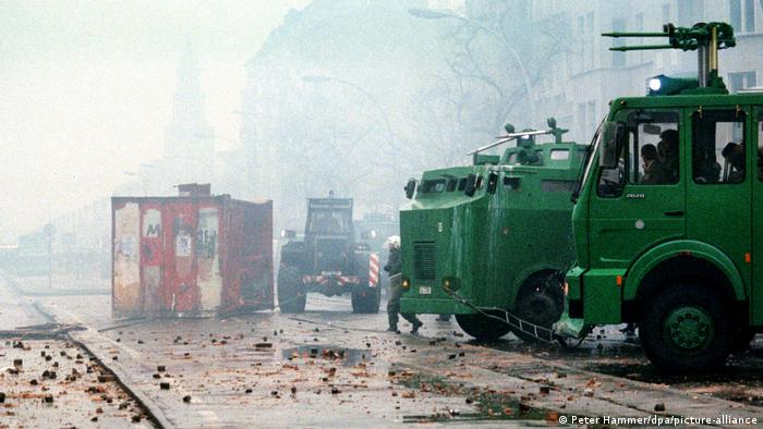 Mainzer Street 1990 with debris on the street, riot policeman and water cannon (Peter Hammer/dpa/picture-alliance)
