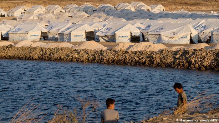 Two boys at refugee camp Lesbos (Marianna Karakoulaki/DW)