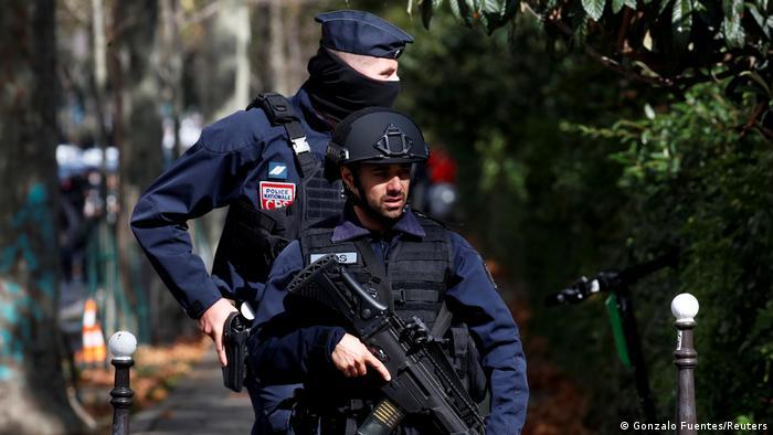 Zwei bewaffnete Polizisten