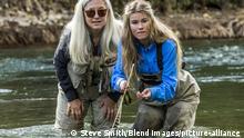 Caucasian mother and daughter fly fishing, Kaukasischen Mutter und Tochter Fliegenfischen | Verwendung weltweit, Keine Weitergabe an Wiederverkäufer.