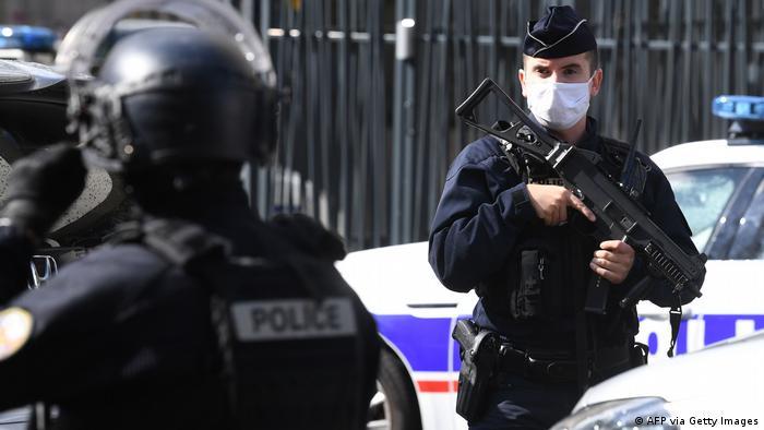 Atac cu cuţitul la Paris