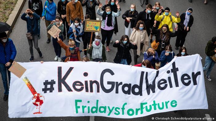 Ein Protestmarsch in Stuttgart anlässlich des globalen Klimastreiks von Fridays for Future am 25. September 2020