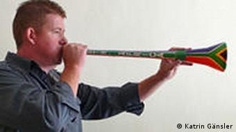 Ein Mann bläst eine Vuvuzela Foto: Katrin Gänsler