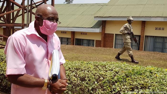 Ruanda Kigali | Paul Rusesabagina wird zu Gericht eskortiert (Clement Uwiringiyimana/Reuters)