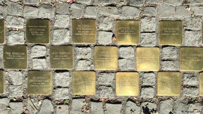 Einige der neuen Stolpersteine mit den Namen und Geburts- und Sterbedaten der verstorbenen Kinder auf dem Gehweg in Hamburg-Langenhorn (Foto: Margot Löhr)