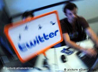 На экране монитор написано слово Twitter
