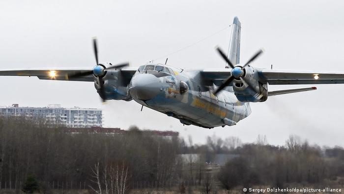 Ukraine | Militärflugzeug AN-26 (Sergey Dolzhenko/dpa/picture-alliance)