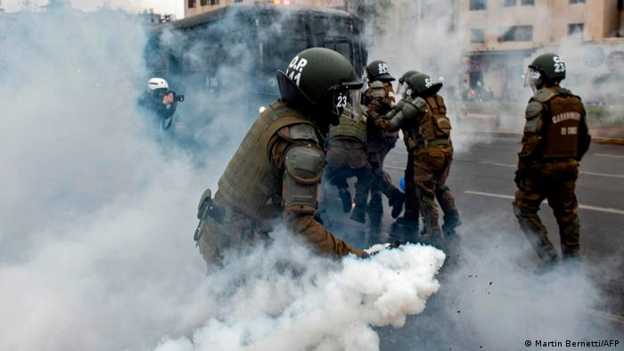 Foto de policías lanzando gases en la Plaza Italia de Santiago