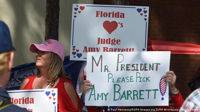 Trump supporters hold up signs for Amy Barrett (Paul Hennessy/SOPA Images via ZUMA Wire/dpa/picture-alliance)