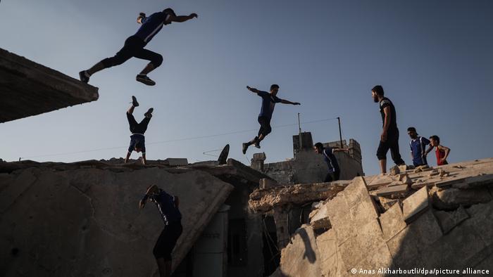 Devet punih godina traje rat u Siriji i malo gde je bilo tako teško kao u podneblju gde je smešteno selo Kafr Nuran - na severozapadu zemlje, tačno između Alepa i Idliba. Tamo život nekako ide dalje. Mlade atlete se usred ruševina bave parkurom, veštinom kretanja preko prepreka.