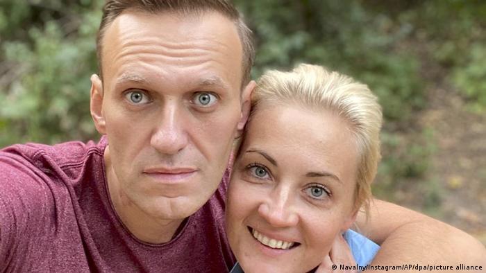 Una foto de Navalny junto a su esposa tras ser dado de alta.