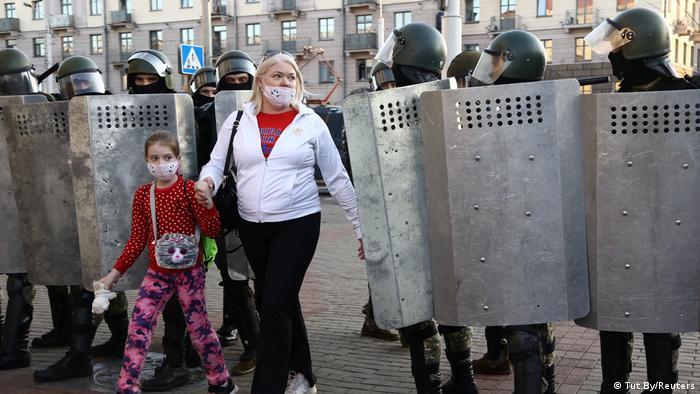 Belarus Protest l Mutter und Tochter in Minsk