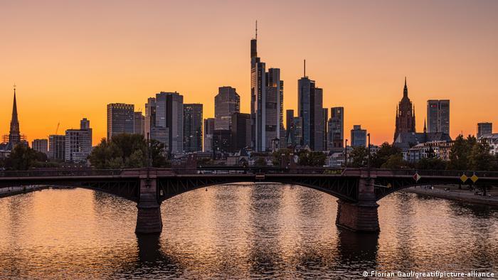 Deutschland l Frankfurter Skyline - Bankenviertel