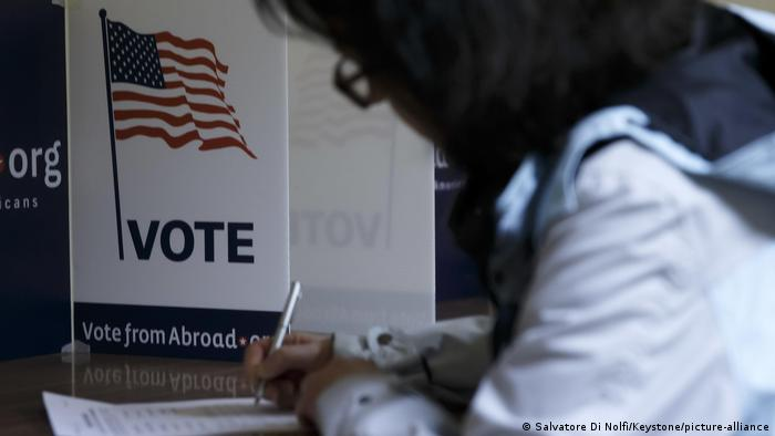 A voter marks his ballot on the Super Tuesday, during the Democrats Global Presidential primary voting, at a polling location situated in the Holy Trinity Church, in Geneva (Salvatore Di Nolfi/Keystone/picture-alliance)