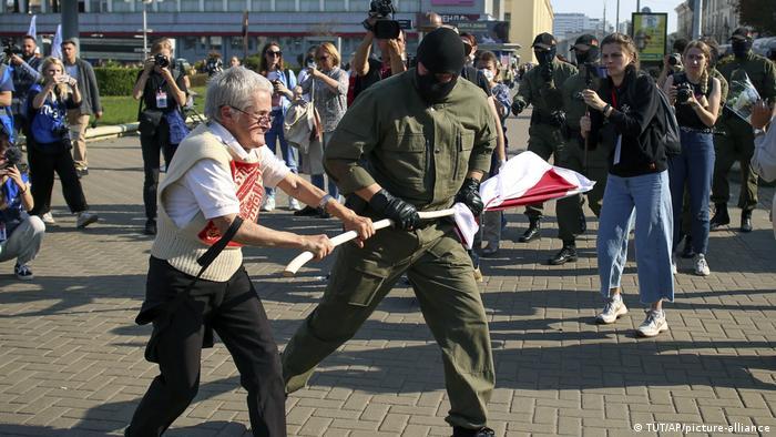 La detención de la activista Nina Baguinskaya.
