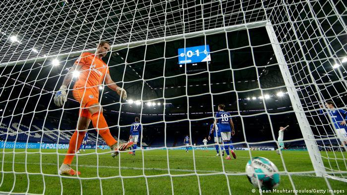 Al fondo de su cabaña: un panorama usual en este torneo para el Schalke.