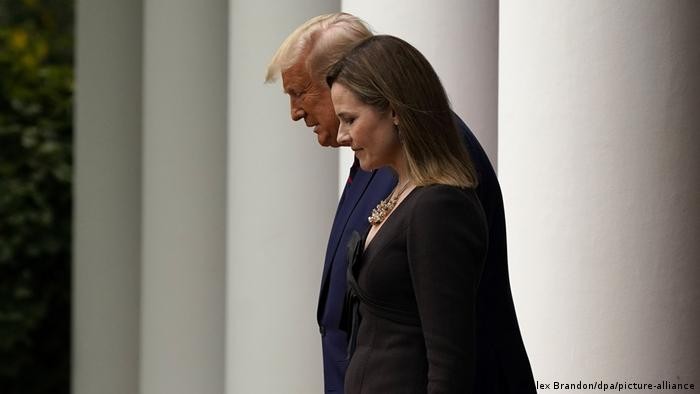 Amy Coney Barrett, suprema juíza indicada dos EUA, e Donald Trump