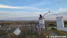 Reportage über Native Americans, in South Dakota vor den Präsidentschaftswahlen, 2020 in den USA - Native American Friedhof am Ort des Wounded Knee Massakers auf dem Pine Ridge Reservat