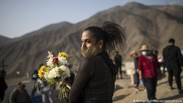 Coronavirus | Peru Lima | Beerdigung Covid-19-Opfer (Rodrigo Abd/AP/dpa/picture alliance)