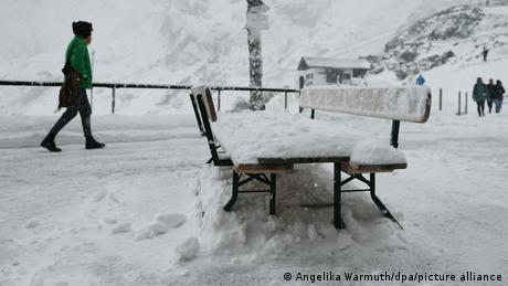 U Njemačkoj je ovih dana došlo do naglog pada tepmerature, a na planinama na jugu ove države pao je i prvi snijeg. Ovako je juče izgledao Garmisch-Partenkirchen, poznati gradić u Bajernu, gdje su se 1936. godine održale Zimske olimpijske igre. Čini se da su se opet stvorili uslovi za Olimpijadu.
