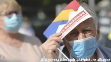 Rumänien Bukarest Rentner mit Maske