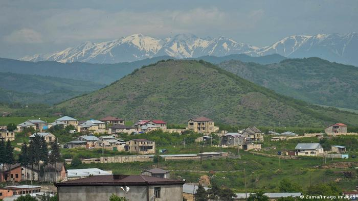 Häuser von Stepanakert, im Hintergrund schneebedeckte Berge (Zuma/imago images)