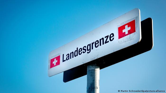 Placa marca a fronteira da Suíça