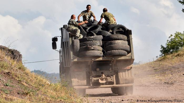 Armenien Movses | Soldaten auf Lastwagen nahe Grenze zu Berg-Karabach