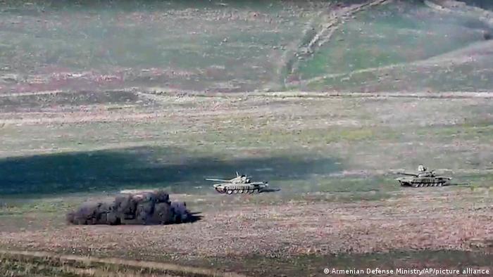 Imagem disponibilizada por Ministério da Defesa armênio mostra destruição de tanque azerbaijano