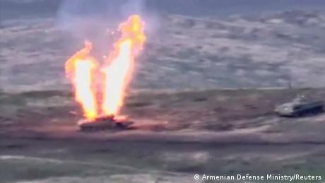 Un blindado azerí en llamas.